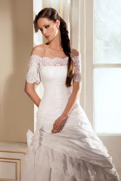 Наши квалифицированные сотрудники помогут выбрать Вам наиболее подходящее по стилю и фигуре платье для свадьбы или для венчания, подобрать свадебную обувь и